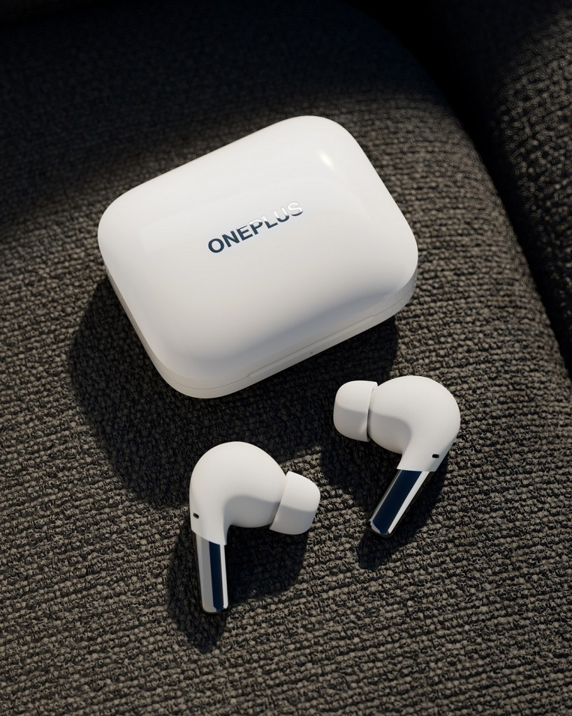 Case and earbuds_white (1)